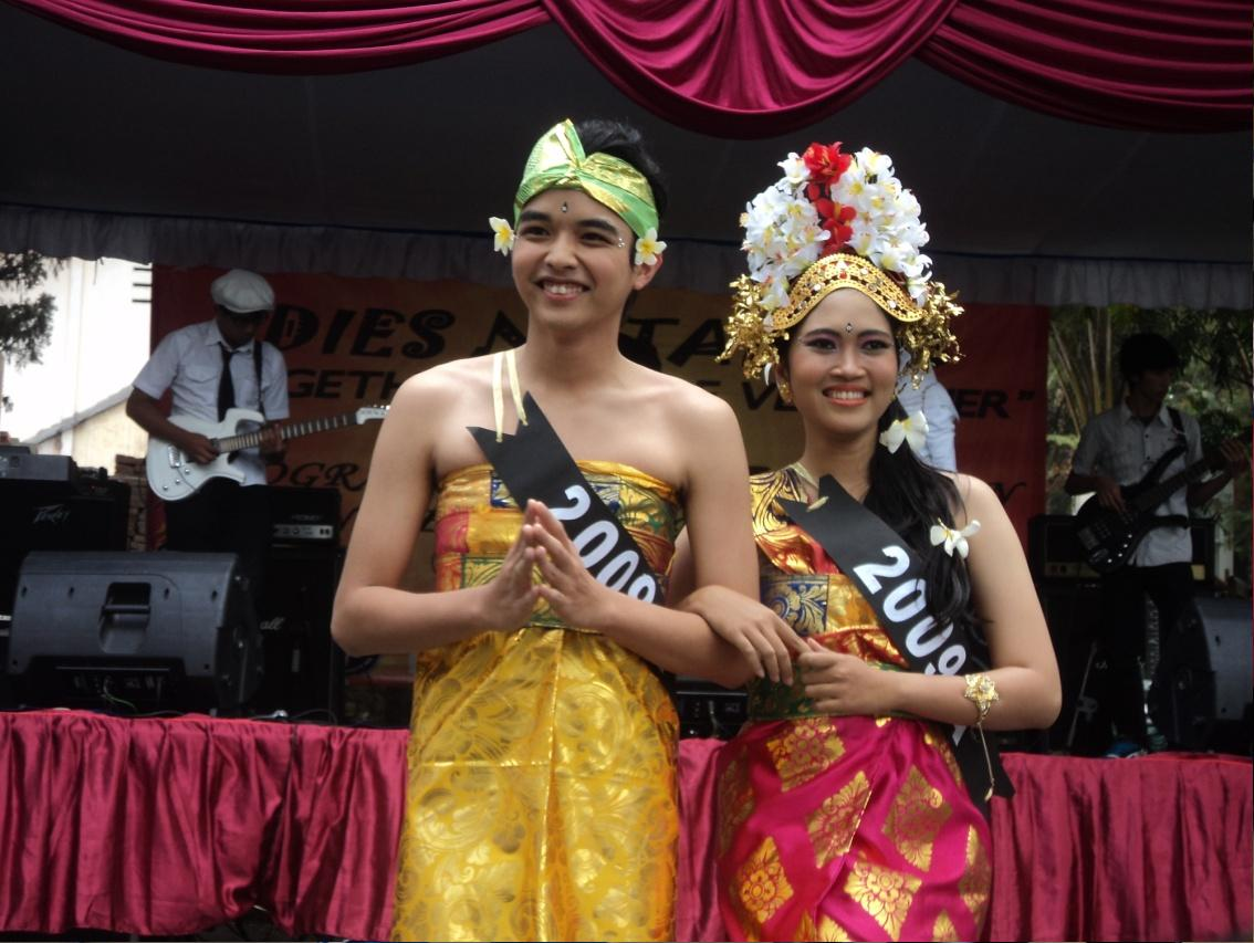 Pemenang modelling dengan baju khas Bali dari kelas 2009 A
